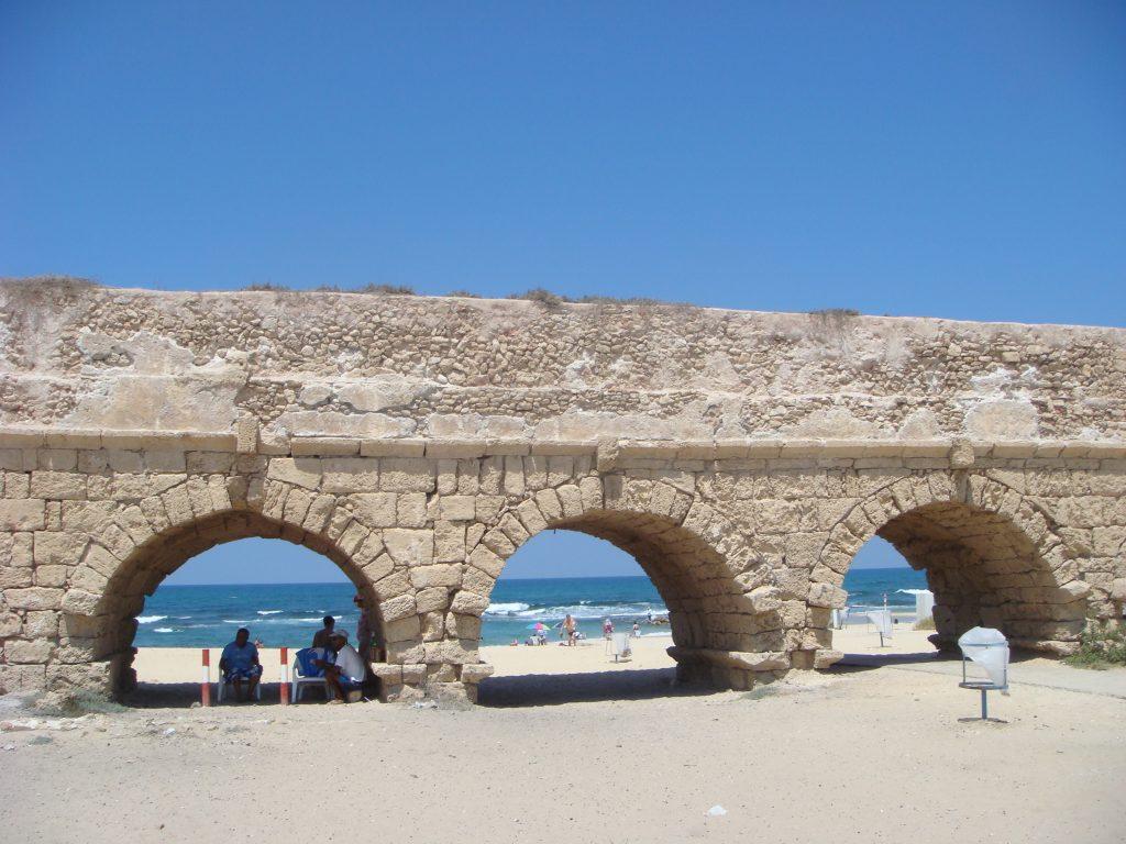 Ancient_Roman_aqueduct_in_Caesarea_Maritima_DSC05187